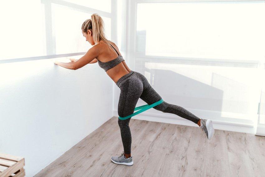 упражнения с эспандером для ягодиц