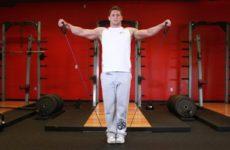 Упражнения на плечи с эспандером